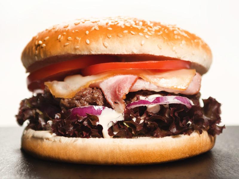 Reštaurácia a bowling bar Hotela Patriot*** ponúka na výber z dvoch hamburgerov - hovädzí hamburger, kurací hamburger.